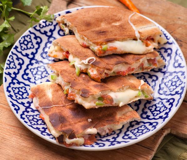 Արաբական հացով պանիր, լոլիկ և կանաչ պղպեղ Լագոնիտ