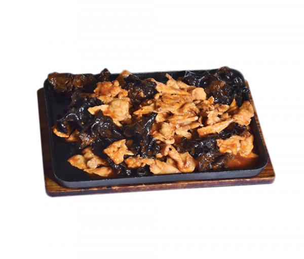 Խոզի միս սև սնկով թթու-քաղցր սոուսում տախտակի վրա Պեկին Կասկադ