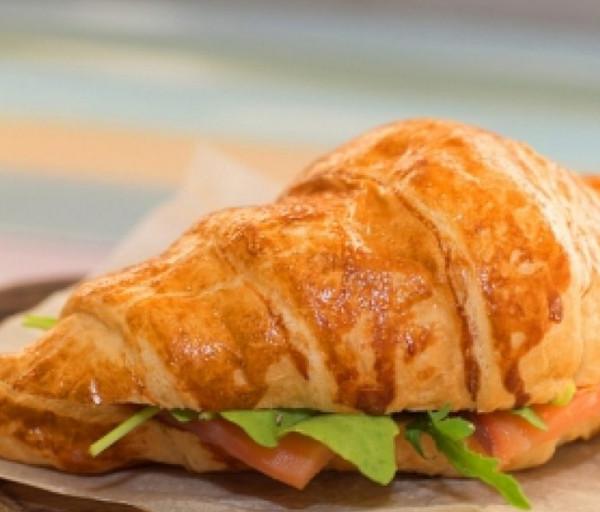 Կրուասանով սենդվիչ լցոնած խոզապուխտով և պանրով Ապերիտիվո