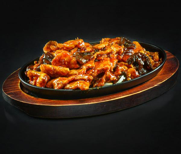 Խոզի միս սև սնկով թթու-կծու-քաղցր սոուսով թավայի վրա Նյու Տաո