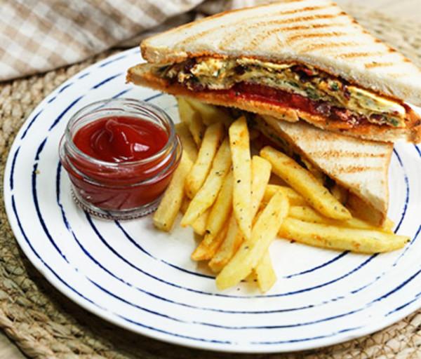 Սենդվիչ թարխունով և բաստուրմայի ձվածեղով Նավ Քոֆի Շոփ