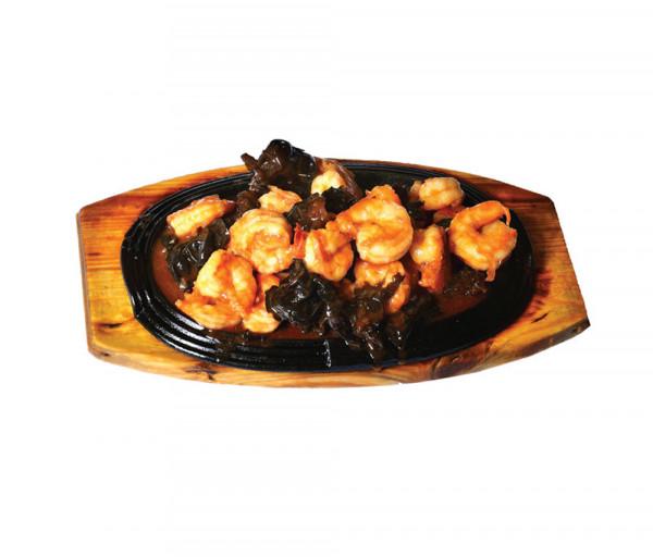 Մանրախեցգետին սև սնկով քաղցր-կծու սոուսում տախտակի վրա Պեկին Կասկադ