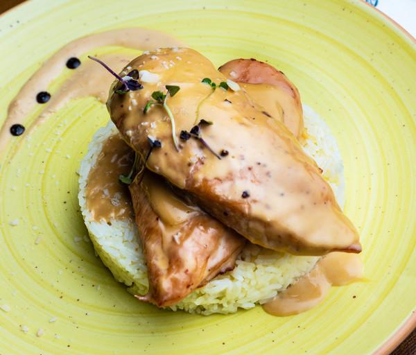 Հավի կրծքամիս սերուցքային սոուսով և բրնձով Յասաման ռեստորան